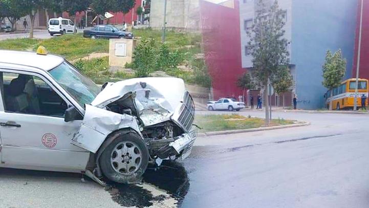 إصابة طلبة بكلية سلوان في حادثة سير بين حافلة وسيارة أجرة من الحجم الكبير