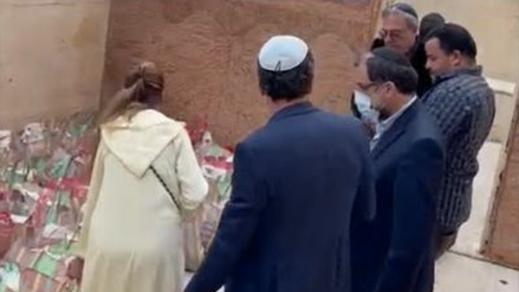 شاهدوا.. يهود يوزعون قفف رمضان على مواطنين
