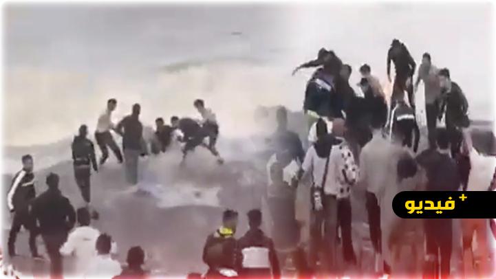 شاهدوا.. أمواج البحر تلفظ جثة شاب شارك في عملية الهجرة الجماعية سباحة