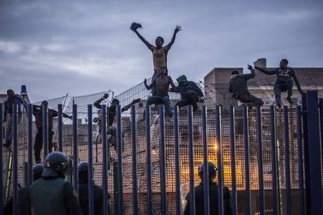 الحصيلة.. مائة مهاجر يقتحمون الأسوار الحدودية لمدينة مليلية ليلة أمس