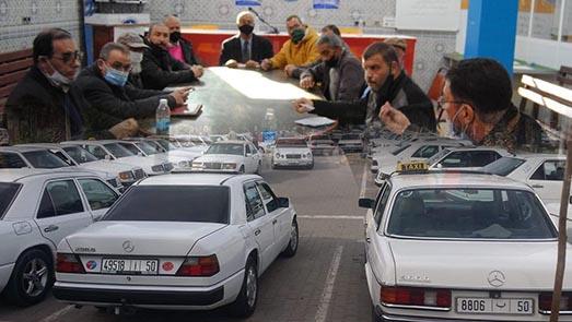 مهنيو سيارات الأجرة الكبيرة بالناظور يحتجون ضد منعهم من نقل المواطنين صوب مدن الشمال