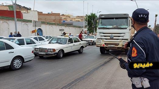 سائقو سيارات الأجرة بالناظور يحتجون بسبب منعهم من نقل المواطنين صوب مدن الشمال