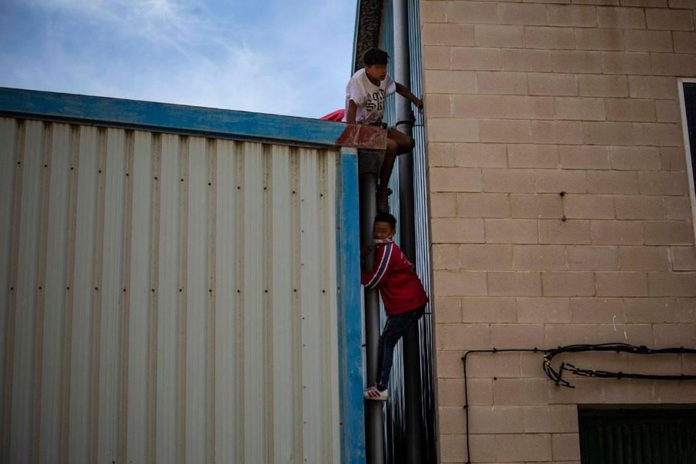 مهاجرون مغاربة ينتفضون ضد الإسبان بسبب الجوع وسوء المعاملة