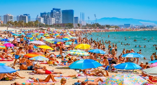 إسبانيا تقرر إغلاق عدد من الشواطئ والمنتزهات لمدة يومين لهذا السبب