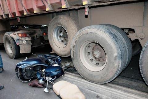 دهس سائق دراجة نارية من قبل شاحنة كبيرة بالحسيمة