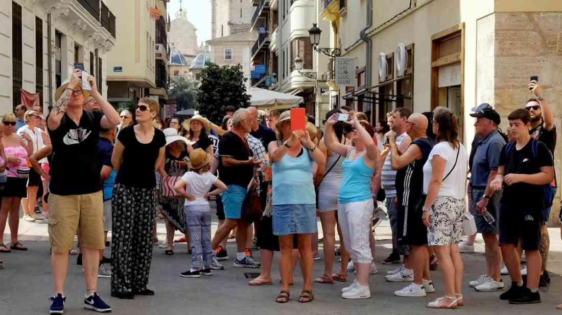 اسبانيا تسمح بالتجول في الأماكن العامة بدون كمامة