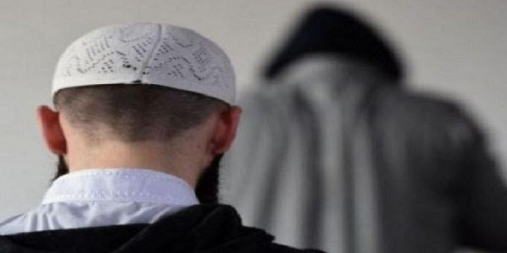 شبهة الخيانة الزوجية تلاحق إمام مسجد وخليلته بعد ضبطهما في منطقة خلاء