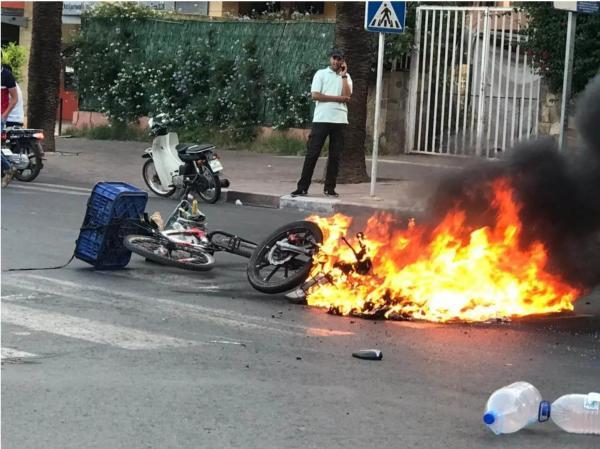 """حادثة غريبة.. احتراق دراجة نارية بعد اصطدامها بـ """"بيكالا"""""""