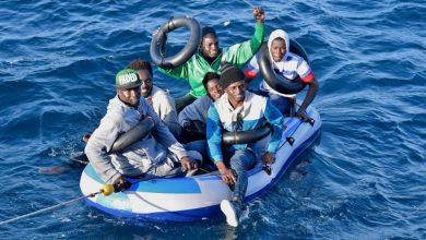 مساعدة 244 مهاجرا سريا كانوا على وشك الغرق في البحر