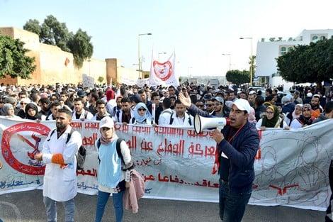 """""""أساتذة التعاقد"""" يستعدون للاحتجاج بسبب الاقتطاعات المالية من أجورهم"""