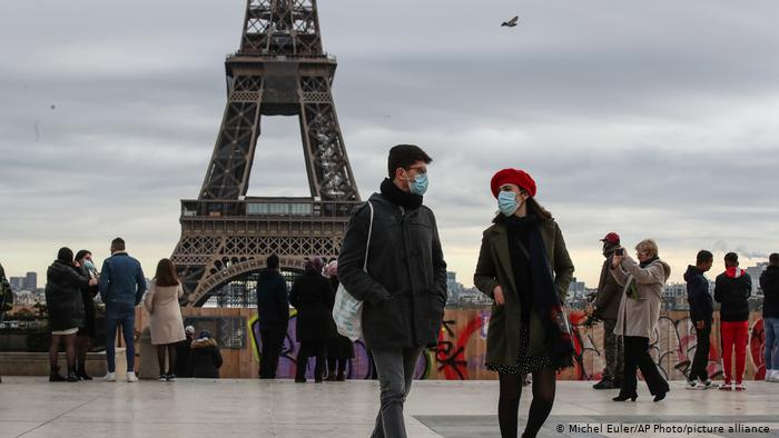 يهم المهاجرين المغاربة.. الطرد يتربص بالموظفين غير الملقحين في فرنسا