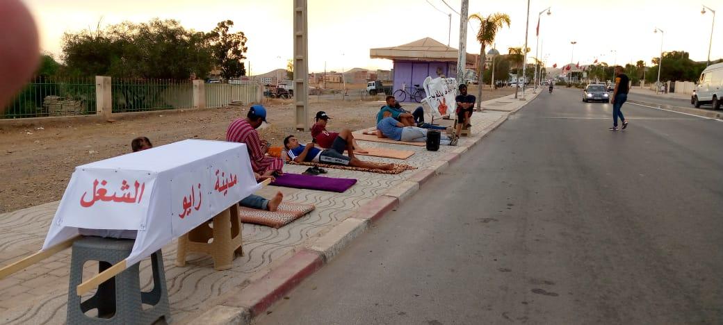 معطلو زايو يعتصمون جنب الطريق الوطنية الرابطة بين الناظور وبركان