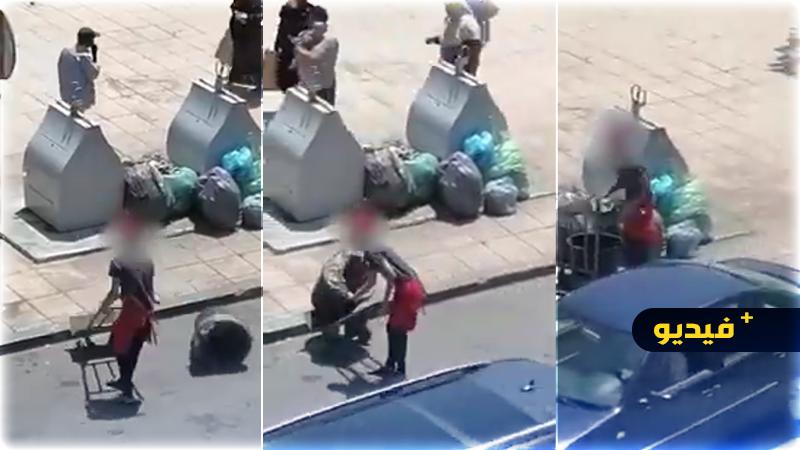 شاهدوا.. مستخدم بإحدى المطاعم وسط الناظور يلقي القمامة على الرصيف بجانب الحاويات