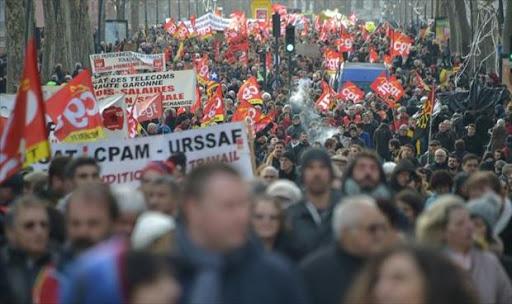 مئات الآلاف يتظاهرون مجددا في فرنسا رفضا للشهادة الصحية