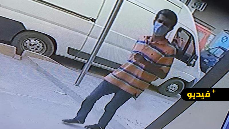 شاهدوا.. كاميرات المراقبة ترصد شخصا يسرق مبلغا مهما من محل تجاري بكرونة تمسمان