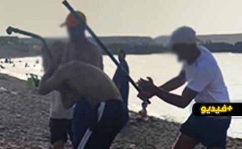 """شاهدوا... اعتداء خطير على مواطن في شاطئ """"افري وفوناس"""" بسبب خلاف حول ثمن الباراسول"""