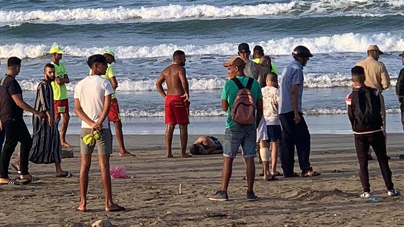"""شاطئ """"ميامي"""" ببني انصار يلفظ جثمة خمسيني توفي غرقا أمام أفراد أسرته"""