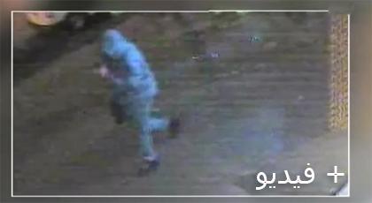 شخص يحمل رأس المغربي المقتول  بهولندا