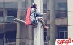 خطير.. سيدة تصعد فوق عمود كهربائي وتهدد بالإنتحار في حالة عدم إسترجاع حقوقها