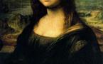 امرأة ترمي الموناليزا بفنجان بسبب الجنسية