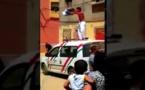 """شاهدوا الفيديو.. """"مشرمل"""" يصعد فوق سيارة تابعة للأمن وهو ملطخ بالدماء لهذا السبب"""