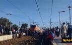 فيديو مثير.. العشرات من المواطنين ينزلون الى السكة ويمنعون قطارا من التحرك رغم حضور الشرطة  لهذا السبب