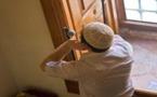 """مؤذن بأكبر مسجد بالدريوش يقطن في محراب """"رفع الأذان"""".. والسبب أنه لا يملك بيتا"""