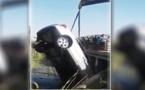سيارة تهوي في واد و سائقها ينجو من الموت بأعجوبة