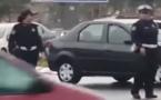 مواطن يبدي إعجابه بشرطيتين تنظمان السير تحت الأمطار