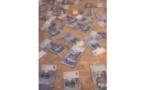 فيديو يشعل الفيسبوك.. مغربي يفترش أوراق نقدية في عز الأزمة
