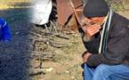 """صورة مؤثرة لوالد """"إخلاص"""" وهو يتأمل مكان العثور على جثة طفلته تجتاح الفايسبوك + الصورة"""
