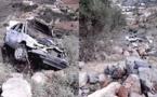 بالصور.. سيارة تهوي في منحدر عميق على مستوى الطريق الرابطة بين بني سيدال الجبل واعزانن