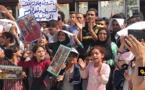 لاجئون سوريون يحتجون بمعبر بني أنصار بعد إفشال عملية إقتحامهم لمدينة مليلية
