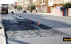 أشغال إعادة التهيئة تتواصل بتزفيت شوارع الأحياء السكنية بالعروي