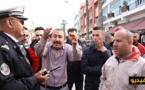سائقو سيارات الأجرة بمحطة أولاد ميمون يقطعون الطريق احتجاجا على مساحة المحطة والازدحام