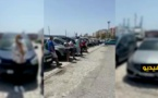 المغاربة العالقون بسياراتهم في الجزيرة الخضراء يناشدون الملك لإعادتهم إلى البلاد