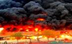 بالفيديو..حريق مُخيف يندلع في سوق شعبي بالإمارات