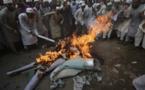 حشود غاضبة تقتل رجلا وتحرق جثته بسبب تدنيس القرآن