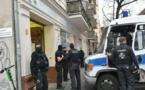 شرطة برلين تداهم مركزا إسلاميا بتهمة الاحتيال.. وعناصرها يفترشون سجادا احتراما للمسلمين