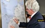 """شاهدوا... السفير الأمريكي يوقّع على خريطة المغرب بصحرائه بلا خط """"وهمي"""" من طنجة إلى الكويرة"""