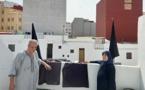 عائلة الزفزافي ترفع الأعلام السوداء فوق سطح منزلها