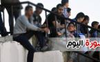 صورة اليوم :بسبب هشاشة مدرجات الملعب.. متفرج يجلس في الحافة لمتابعة أطوار المباراة