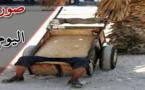 صورة اليوم : عامل بسيط يفاجئه التعب الشديد فينام في عربته