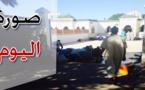 صورة اليوم : مصلون يستظلون بظل السور لأداء فريضة الصلاة بعد امتلاء المسجد
