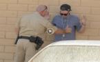 غريب.. شاهدوا الفيديو : ساحر يخفي المخدرات عن شرطي بطريقة غامضة