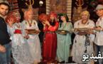 رواق التراث الأمازيغي يشد الزائرين بمعرض الصناعة التقليدية ويدفعهم للالتقاط التذكارات
