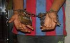 اعتقال أب كبل إبنيه بالسلاسل من أجل المال