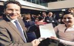 ابنة الريف سهام الفقيهي تتسلم شهادة التفوق والتقدير من وزير المالية الهولندي يورين ديسلبلوم