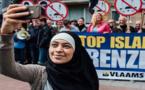 """بالصور.. فتاة محجبة تتحدى مظاهرة ضد الإسلام بـ""""السيلفي"""" في بلجيكا"""