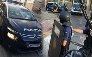 مجهولون رشقوا الشرطة الإسبانية بمليلية بالحجارة وسرقوا سيارتهم وبندقيتهم وجهاز إستقبال الإتصالات